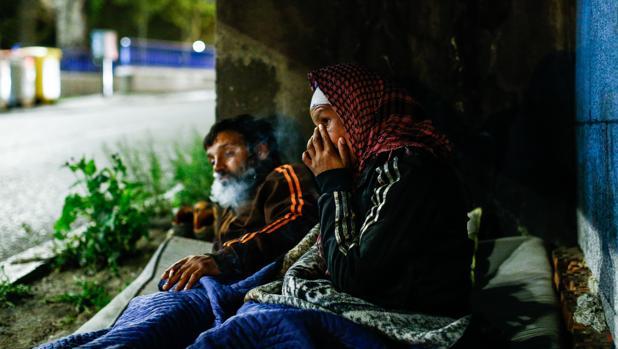 Personas sin hogar durmiendo bajo un puente en Madrid