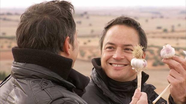 Los hermanos Torres con el ajo morado de Las Pedroñeras en la mano