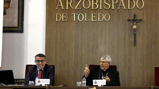 El ecónomo y el arzobispo, durante la rueda de prensa