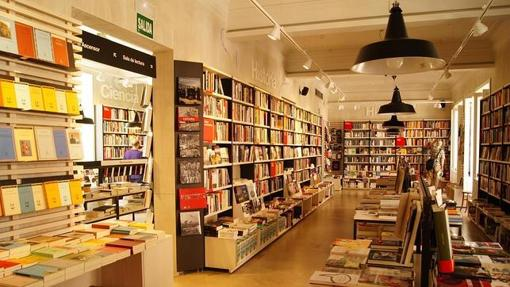 La segunda planta de la librería en Callao: Ciencia, Historia, Arte y Filosofía.