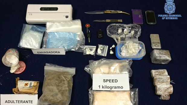 Imagen facilitada por la Policía con las sustancias y efectos intervenidos en esta operación antidroga