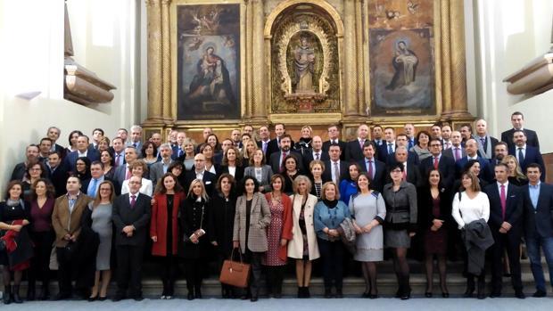 Foto de familia de la primera promoción de Ciencias Jurídicas y Sociales de la UCLM, que cumple 25 años