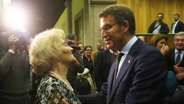 Feijóo junto a su madre al finalizar la sesión de investidura en el Parlamento gallego