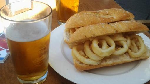 Clásico bocadillo de calamares de Los Galayos, con el pan siempre crujiente