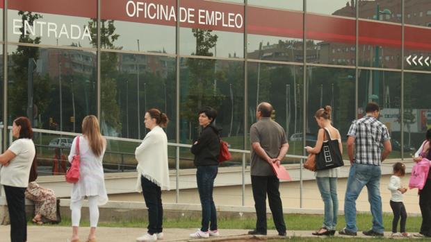 Parados esperando turno ante una Oficina de Empleo en Zaragoza