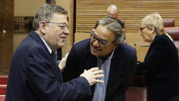 Ximo Puig y Manuel Mata, ayer, en las Cortes Valencianas