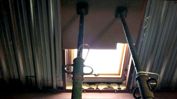 Puntales en una casa para evitar que entren por la ventana del tejado