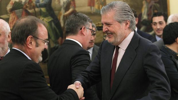 Rey y Méndez de Vigo se saludan, en una imagen de archivo