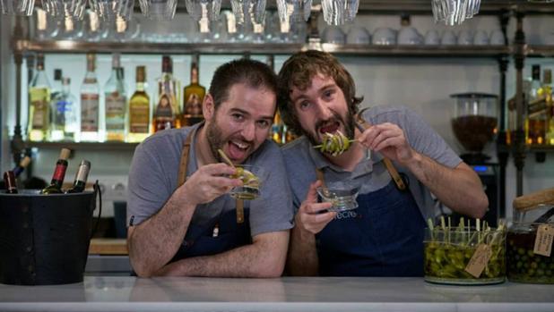 Pablo Montero y Alejandro Díaz en la barra de la Taberna Recreo