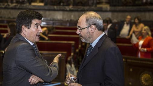 Fernando Giner conversa con el portavoz del PP, Eusebio Monzó