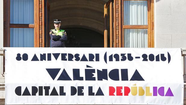 Imagen de la pancarta exhibida en el Ayuntamiento de Valencia