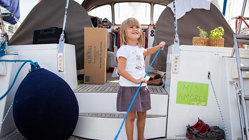 Rosie Pickering ayudando en el barco