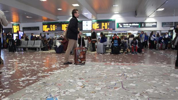 Basura acumulada en el suelo de la terminal de Chamartín