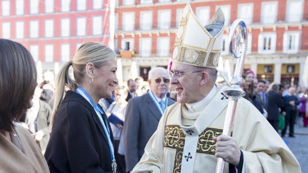 La presidenta de la Comunidad de Madrid, Cristina Cifuentes, y el arzobispo de Madrid, Carlos Osoro, en la Misa de la Almudena