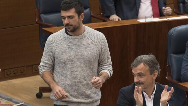 López mira de reojo a Espinar durante una sesión de la Asamblea de Madrid