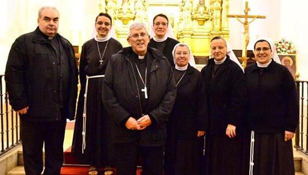 El arzobispo y el párroco de Illescas con las religiosas