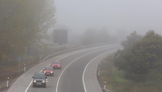 Una carretera de Castilla y León afectada por la intensa niebla, en una imagen de archivo