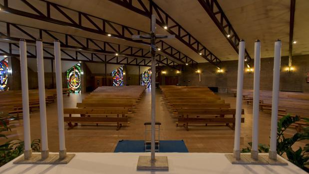 El crucifijo, sobre el altar de la parroquia de San Leopoldo