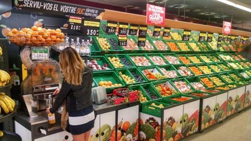 Imagen de una clienta dispensándose zumo de naranja en un supermercado de Mercadona