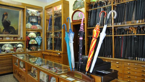 Casa de Diego se ha hecho famoso por la variedad y la calidad de sus paraguas y abanicos