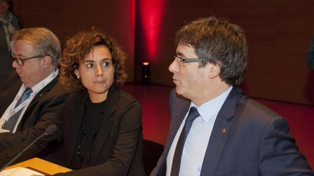 Puigdemont, junto a la nueva ministra de Sanidad, Dolors Montserrat, en el Congreso de la Profesión Médica, en Girona