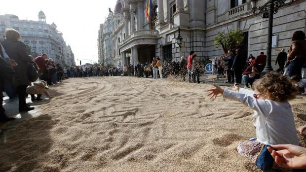 El público disfruta de la jornada de degustación de arroz en la plaza del Ayuntamiento de Valencia