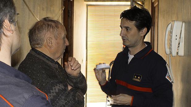 La Diputación de Castellón instala gratis detectores de humo en casa de personas mayores solas