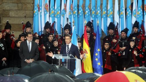 Feijóo, junto a Rajoy, en el acto celebrado en la plaza del Obradoiro
