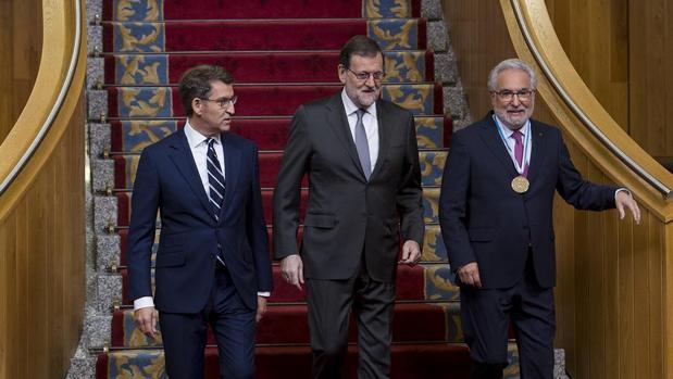 Núñez Feijóo, Mariano Rajoy y Miguel Santalices, a su llegada al Salón dos Reis del Parlamento