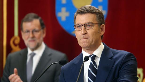 Alberto Núñez Feijóo, emocionado durante su discurso, bajo la mirada de Mariano Rajoy