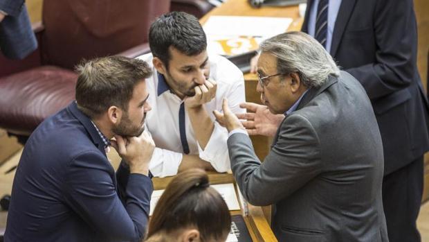 Fran Ferri (izquierda), con el conseller Vicent Marzá y Manuel Mata, en un Peno del Parlamento Valenciano
