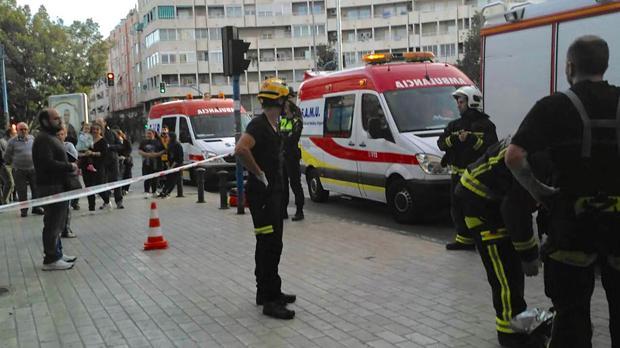 Bomberos y personal del SAMU durante la intervención para el rescate de la mujer y extinción del incendio