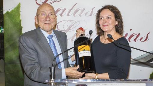 La autora con el empresario Joaquín Arias y el vino «Dianum», creado para la ocasión
