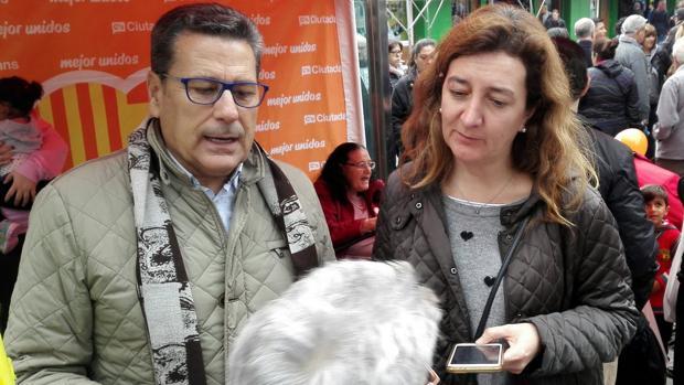 Miguel García, a la izquierda, en la carpa en la que sería agredido después