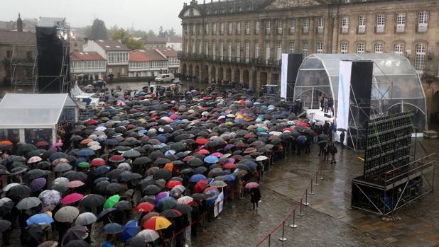 Los paraguas dieron algo de colorido a un Obradoiro engalanado para la ocasión