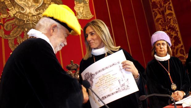 Tolón recibe un diploma como Cofrade Numerario 727 de la Cofrafía de Investigadores