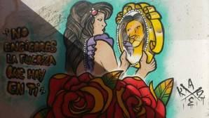 Un pueblo llena sus muros de grafitis para luchar contra la violencia de género