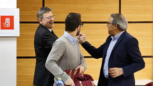 Puig saluda a Mata en presencia de Muñoz