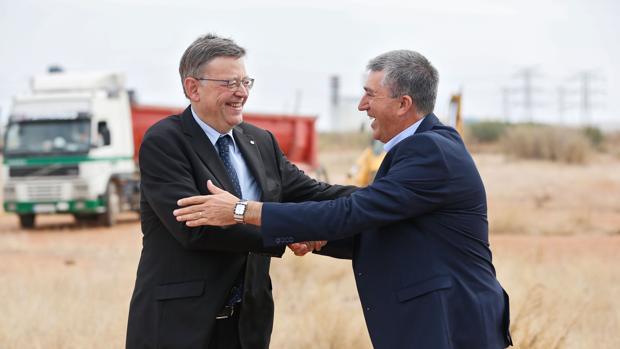 El presidente de la Generalitat saluda al conseller de Economía, en una imagen de archivo