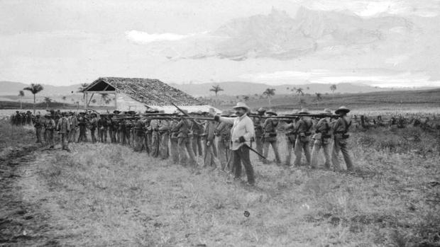 Imagen de la infantería protegiendo una vía férrea en Cuba en 1896