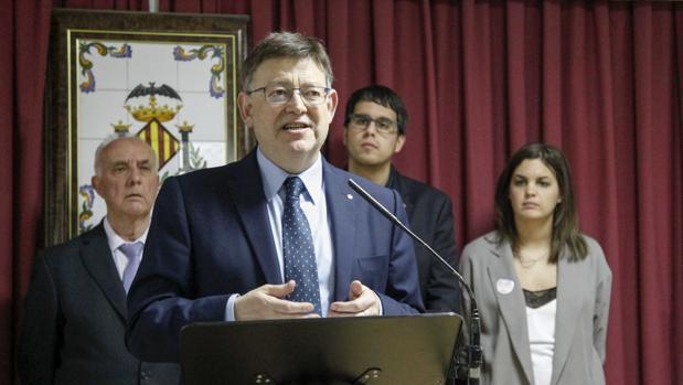 Imagen de Ximo Puig en un acto junto al alcalde de Morella (detrás con gafas)