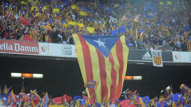Aficionados del Barcelona en el Camp Nou, durante la pitada al himno
