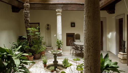 Los patios, hoy rehabilitados en su mayoría, son elemento arquitectónico singular de la arquitectura del Casco Histórico de Toledo.