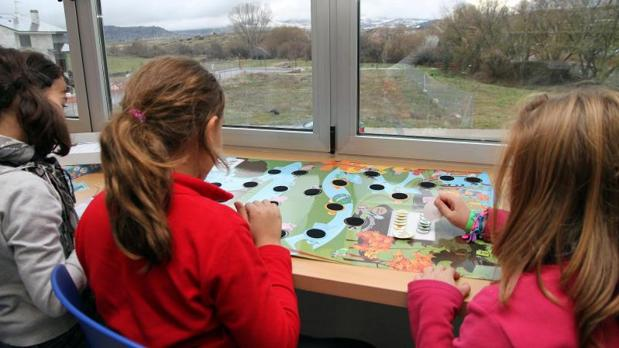 Niñas realizan actividades extraescolares en un colegio