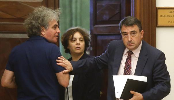 Aitor Esteban (d), saluda los miembros de Podemos en la Mesa del Congreso, Gloria Elizo y Marcelo Expósito