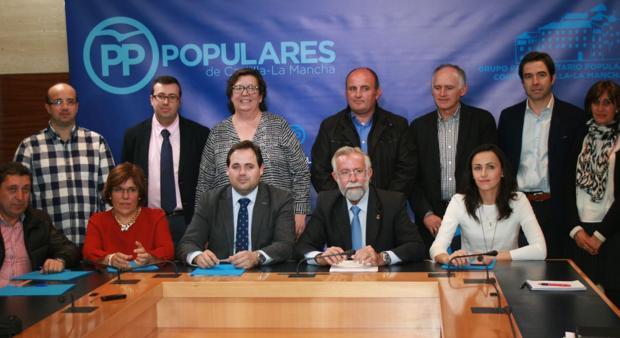 Alcaldes y representantes del PP, ayer junto a Núñez y Ramos, en Toledo