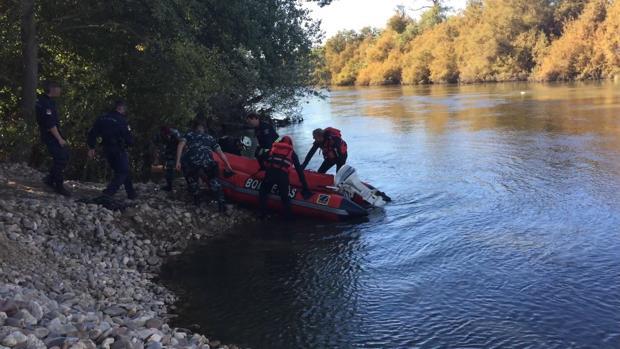Integrantes del operativo de búsqueda en el momento del hallazgo del cuerpo en el Tajo