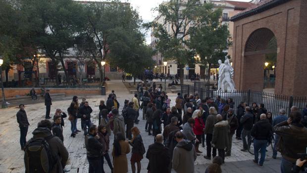 Decenas de personas al inicio de la protesta de ayer en la plaza del Dos de Mayo