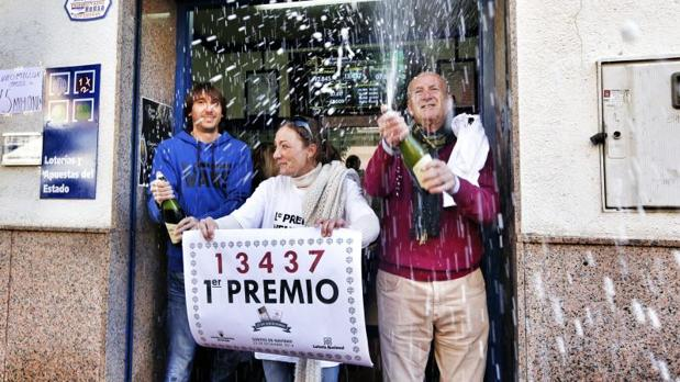 Celebración de un primer premio de la Loteria de Navidad en l'Eliana (Valencia)