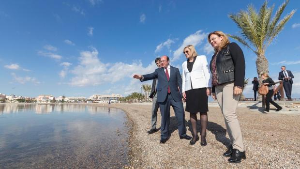 La comisaria europea Corina Cretu, con el presidente murciano, Pedro Ántonio Sánchez